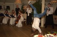 Профессиональный брейкдансер в ресторане Тинатин. Шоу Поющий ресторан.