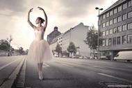 Балерина во время розыгрыша на день рождения